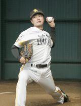 ブルペンで投球するソフトバンク・和田=宮崎