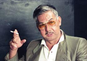 1990年8月、インタビューに答える宍戸錠さん=東京・六本木の俳優座