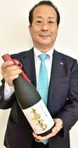 純米大吟醸「嘉嶌」を手にする福岡九州クボタの手嶌忠光社長