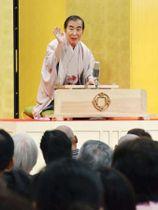 大阪国際がんセンターで始まった「笑い」の研究で、落語を披露する桂文枝さん=18日午後、大阪市