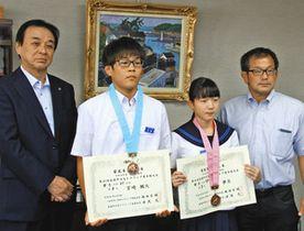 間嶋正剛教育長(左端)に結果を報告した(同2人目から)宮崎楓大さんと岡田夢生さんら=志賀町役場で
