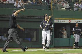 10回、リプレー検証でファウルの判定が覆り勝ち越し2ランとなったソフトバンク・中村晃=ほっともっと神戸で