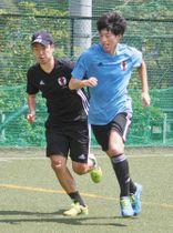 代表合宿で練習する吉川選手(右)と木村監督=調布市で