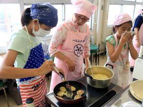 いももちとすいとんを作る子どもたち=長崎市西公民館