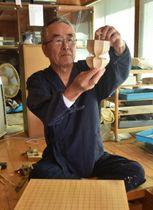 52年にわたり囲碁・将棋盤の制作を続け、現代の名工に選ばれた熊須健一さん=8日午後、綾町南俣