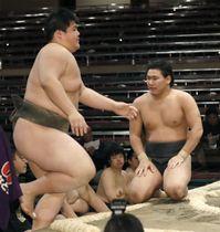 前相撲で対戦し、白星を挙げた納谷(左)と敗れて悔しそうな豊昇龍=18日、東京・両国国技館