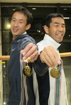 男子の部で優勝し、兵庫の総合5連覇に貢献した竹村真一さん(左)と山端良尚さん=小野市内