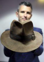 映画「インディ・ジョーンズ」の第1作「レイダース/失われたアーク(聖櫃)」で使われた帽子=6日、ロンドン(ゲッティ=共同)