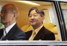 皇居に向かうため、赤坂御所を出られる天皇陛下=22日午前8時9分