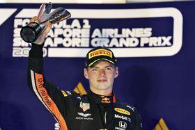 F1シンガポールGPで3位に入り、表彰台でトロフィーを掲げるレッドブル・ホンダのマックス・フェルスタッペン=シンガポール(ゲッティ=共同)