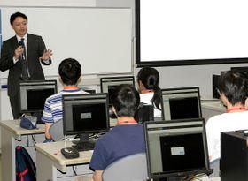 開講したサマースクールで生徒たちに講演する松尾東大大学院教授=三豊市詫間町、香川高専詫間キャンパス