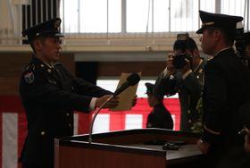修了証2書を受け取る陸自水陸機動団の新隊員(左)=相浦駐屯地