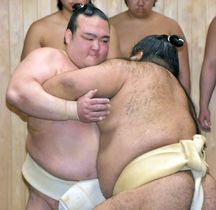 稽古納めで高安(右)と組み合う稀勢の里=29日、東京都江戸川区の田子ノ浦部屋
