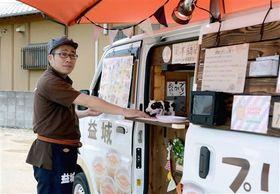店があった場所で、今でも「益城プリン」を売る岡本商店の矢野好治さん=益城町