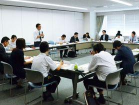 総会で活動報告をするNIE実践候補校=鹿児島市の南日本新聞会館