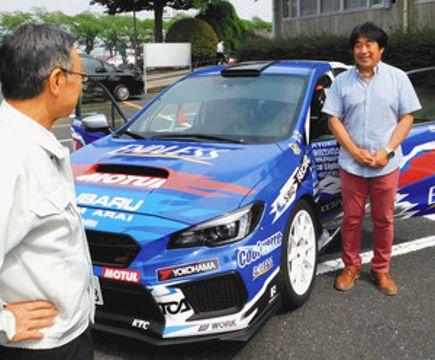 ラリーカーについて高木勉市長(左)に説明する新井敏弘さん=渋川市役所で