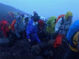 御来光を拝むために頂を目指す登山者。混雑解消に向けた取り組みが課題になる=7月下旬、富士山頂付近