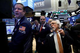 ニューヨーク証券取引所のトレーダーたち=13日(ロイター=共同)