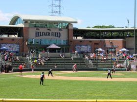 保護者やコーチの応援を受けて野球の試合をする子供たち=2016年6月、米ウィスコンシン州ミルウォーキーの野球場 谷口輝世子撮影