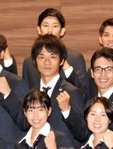 壮行会に出席し、「自分の力を出し切って結果につなげたい」と意気込む高橋英輝(中列中央)=東京都内