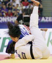 女子57キロ級決勝 英国選手(下)を破り金メダルを獲得した芳田司=バクー(共同)
