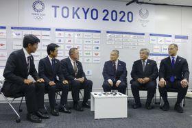 東京五輪・パラリンピック組織委の森喜朗会長(中央右)へあいさつに訪れた、JOCの山下泰裕会長(同左)。右から2人目は五輪日本選手団の福井烈団長=6日午後、東京都中央区