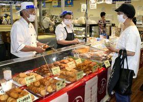 北海道と鹿児島県の自慢の味が並ぶ物産展=4日午前、松山市一番町3丁目