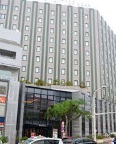 リウボウが昨年11月に売却した複合ビル「レグザリウボウ」=22日、那覇市松尾