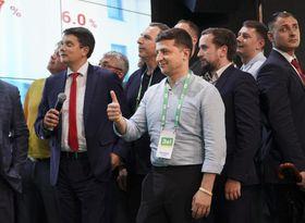 21日、キエフでウクライナ議会選の結果を見守るゼレンスキー大統領(中央)(AP=共同)