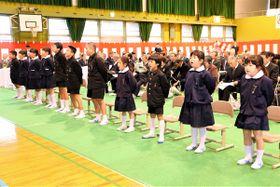 胸を張って元気よく校歌を合唱する児童=三豊市詫間町、大浜小