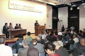 辺野古移設の賛否を問う県民投票に向け、沖縄県政与党などが開いた会合。移設反対の民意を示すための連絡会を立ち上げた=9日、那覇市