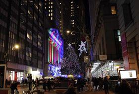 ニューヨーク・ウォール街に設置されたクリスマスツリー=5日(UPI=共同)