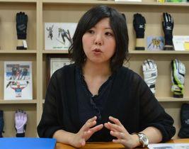 インタビューに応じる上田芙美さん=6月5日、香川県東かがわ市のスワニー 本社