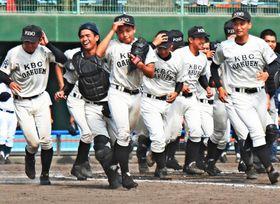 高校野球の沖縄県春季大会で優勝を決めた未来沖縄の選手たち=北谷球場