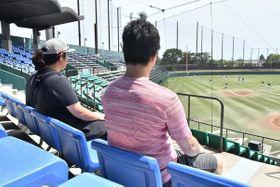 我が子の練習を見守る飯田さんの父・隆之さん(右)と伊藤さん夫妻