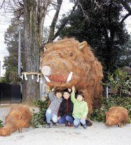 境内にお目見えしたイノシシとうり坊の巨大オブジェ=まんのう町吉野、大宮神社