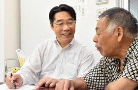 自主夜間中学「あつぎえんぴつの会」で教える前川喜平さん。笑顔がこぼれる