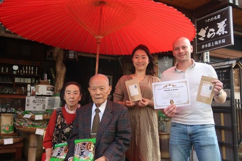 「香味園上領茶舗」で商品を手にするリコッタ瑠美さん(右から2人目)とアドリエンさん。左は祖父母=島根県津和野町