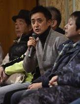 チーム名変更の検討を開始した経緯を説明する栃木SCの橋本社長(中央)