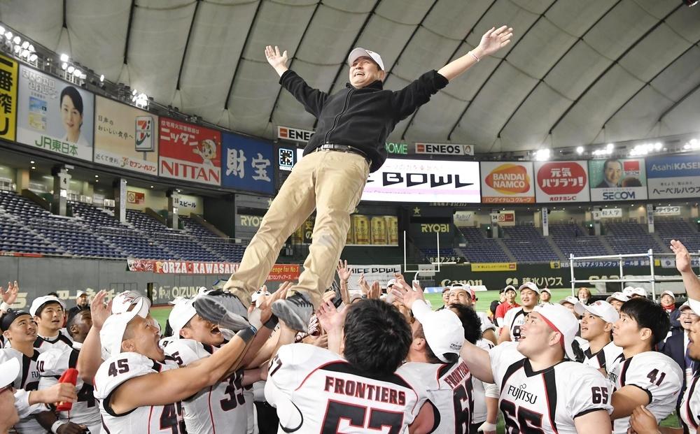 2017年のライスボウルで優勝し胴上げされる藤田智さん=東京ドーム