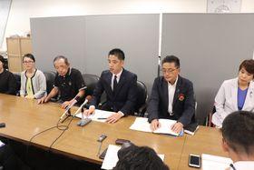 強制収用に反対する議員連盟の設立を発表する城後氏(中央)ら=県庁