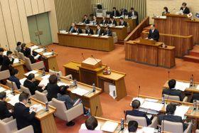 【本会議での百条委員会委員長報告。右下隅が田中市議=松阪市役所で】