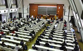 大学入学共通テストに向けて実施された試行調査=2018年11月、東京都目黒区の東大駒場キャンパス