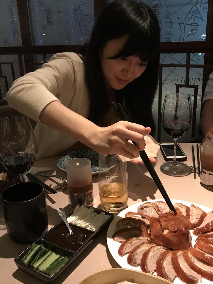 北京ダックを食べる香川女流三段