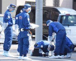 女性が刺された現場で鑑識作業をする捜査員=30日正午ごろ、越谷市新越谷1丁目