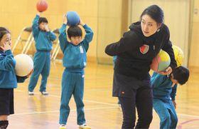 児童にボールを使った運動を教える田中さん=秩父市で