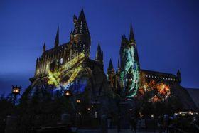 プロジェクションマッピングの映像が投影されたホグワーツ城=18日夜、大阪市のUSJ