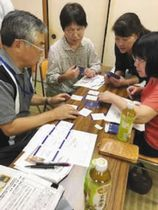 ボランティア、住民向けセミナーで、「もしバナカード」を使って「いざというとき」について考える参加者たち=7月、愛知県東海市で