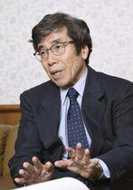 インタビューに答える、公正取引委員会の杉本和行委員長