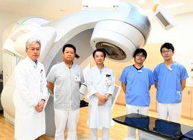 国内初の治療に携わった新野医師(左)ら